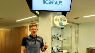 Mossa, tras pasar el reconocimiento médico en la Clínica Asturias
