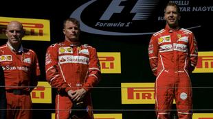 Vettel, Raikkonen y Jock Clear en el podio de Hungría