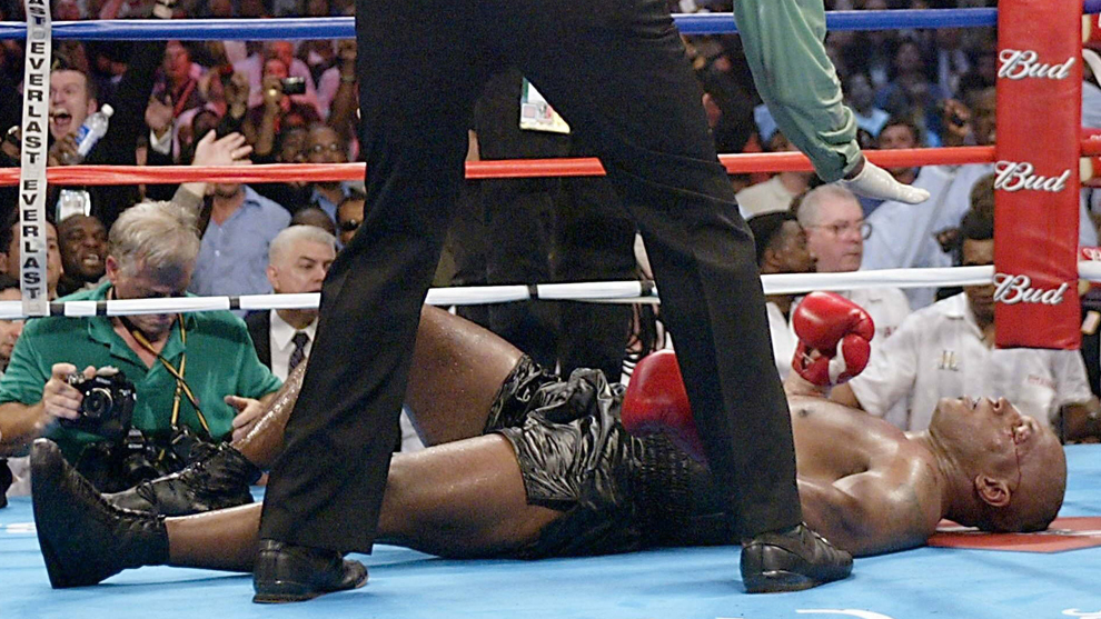 Mike Tyson en el suelo durante su pelea contra Lennox Lewis