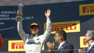 Bottas recibiendo el trofeo como tercer clasificado del GP de Hungría