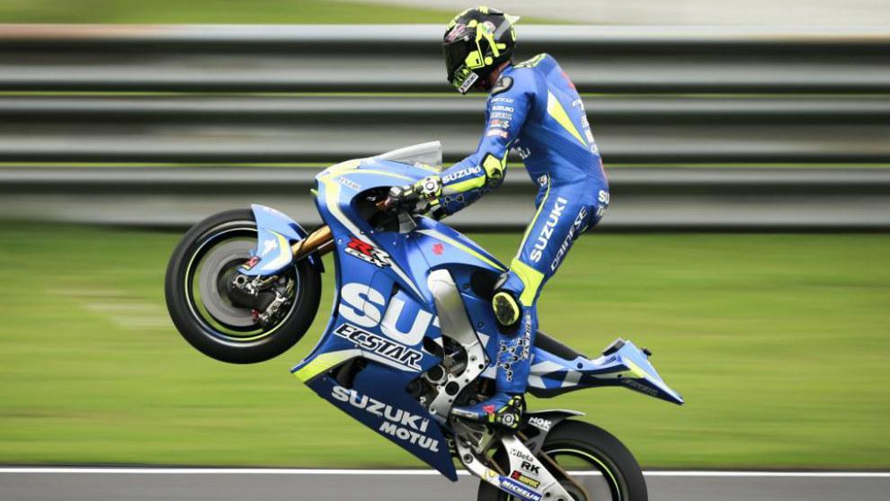 Iannone haciendo un caballito con la Suzuki
