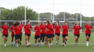 Las jugadoras del Atlético Femenino se ejercitan en el Cerro