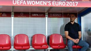 Mark Sampson posa en uno de los banquillos de esta Eurocopa.