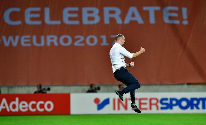 Mark Sampson celebra la victoria ante Francia en la Eurocopa.