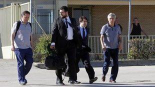 Villar, su hijo Gorka y sus abogados, saliendo de la cárcel
