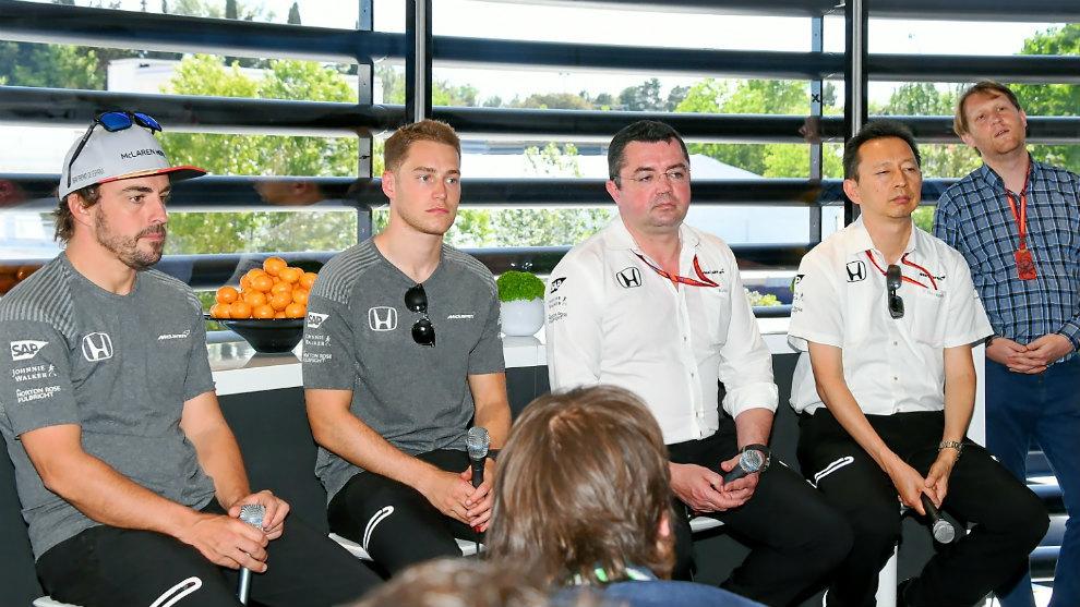 Alonso, Vandoorne, Boullier y Hasegawa en una rueda de prensa de...