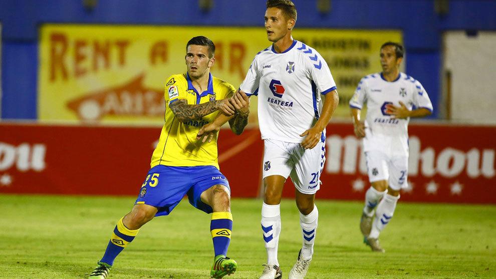 Asdrúbal y Jorge tratan de ganar la posición en el partido de ida de...