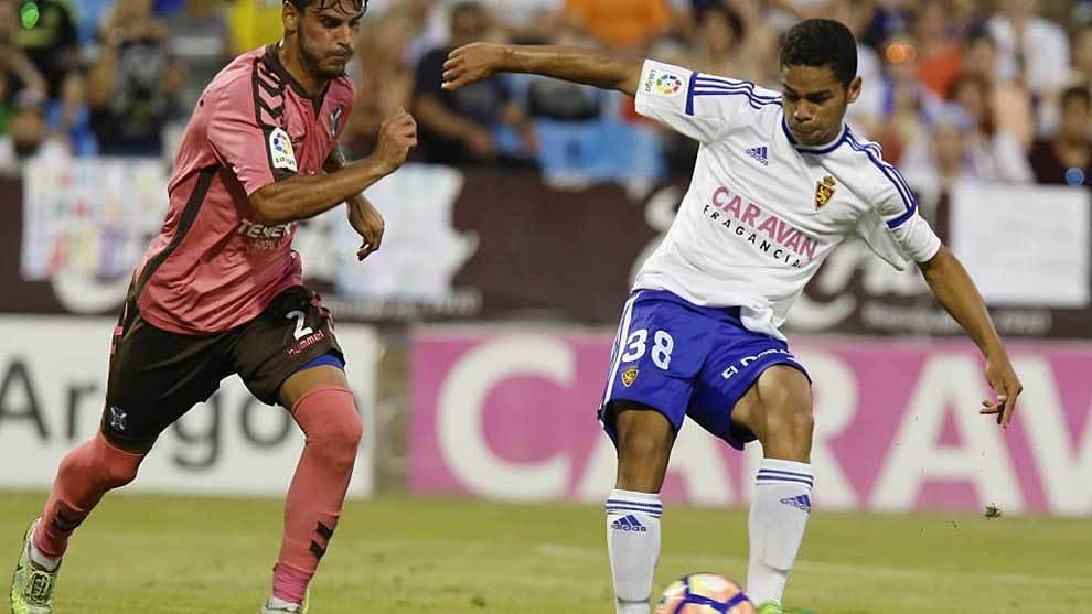 Raí golpe al balón durante el último partido ante el Tenerife en La...