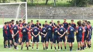Diego Martínez se dirige a sus jugadores antes de un entrenamiento en...