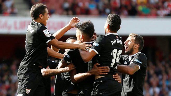 El Sevilla celebra un gol en el Emirates hace unos días