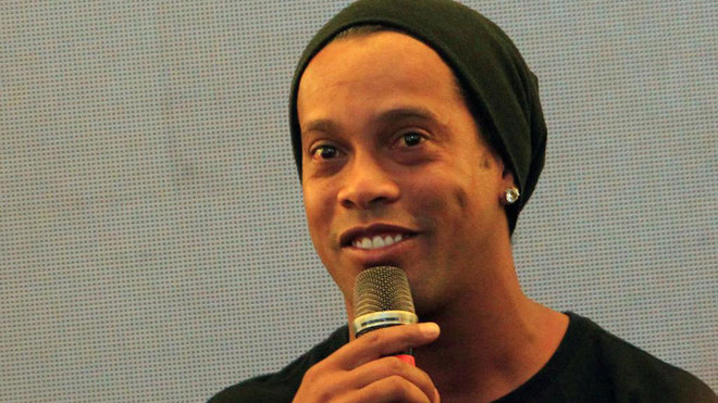 Ronaldinho durante un comparecencia.