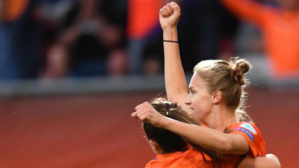 Vivianne Miedema celebra su gol con una compañera.