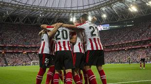 Los jugadores del Athletic celebran un gol ante el Dinamo de Bucarest