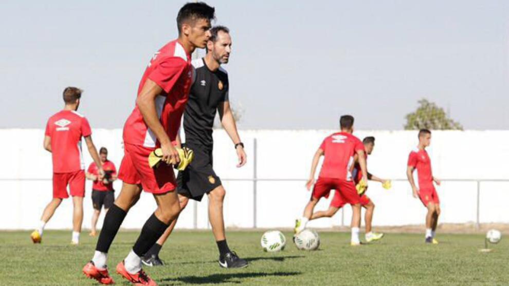 Xisco Campos, delante de Vicente Moreno, en un entrenamiento de este...