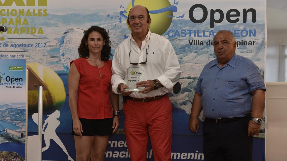 Miguel Díaz, presidente de la RFET, recoge el galardón en nombre del...