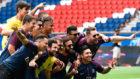 Neymar y sus amigos, durante la presentaci�n del brasile�o con el...