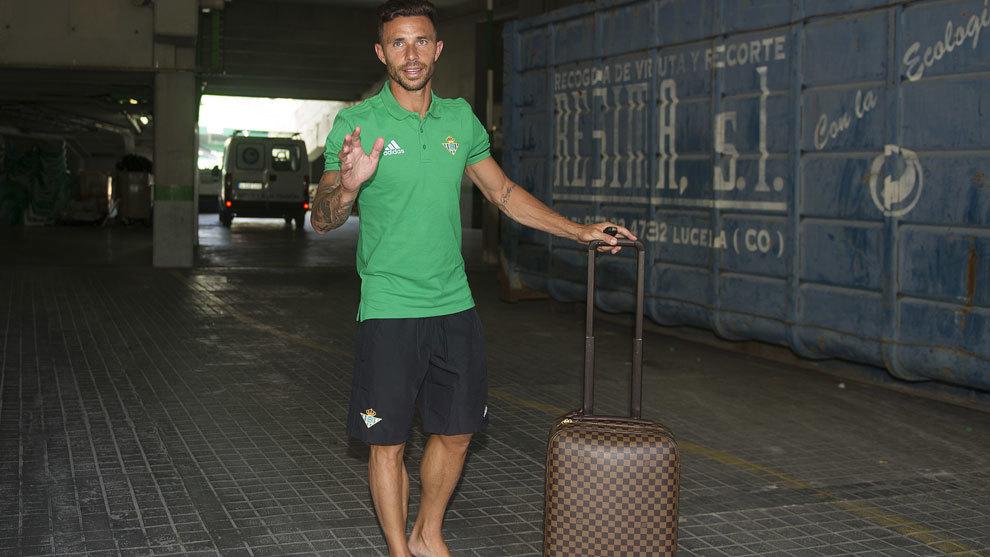Rubén Castro en su despedida de la concentración del Betis.