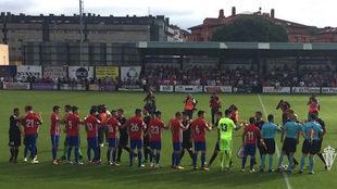 Los dos equipos se saludan al comienzo del partido
