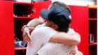 Piqu� y Neymar, abrazados.