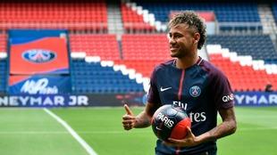 Neymar, durante su presentación como jugador del PSG.