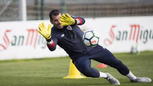 Iago Herrerín (29) ataja un balón durante un entrenamiento