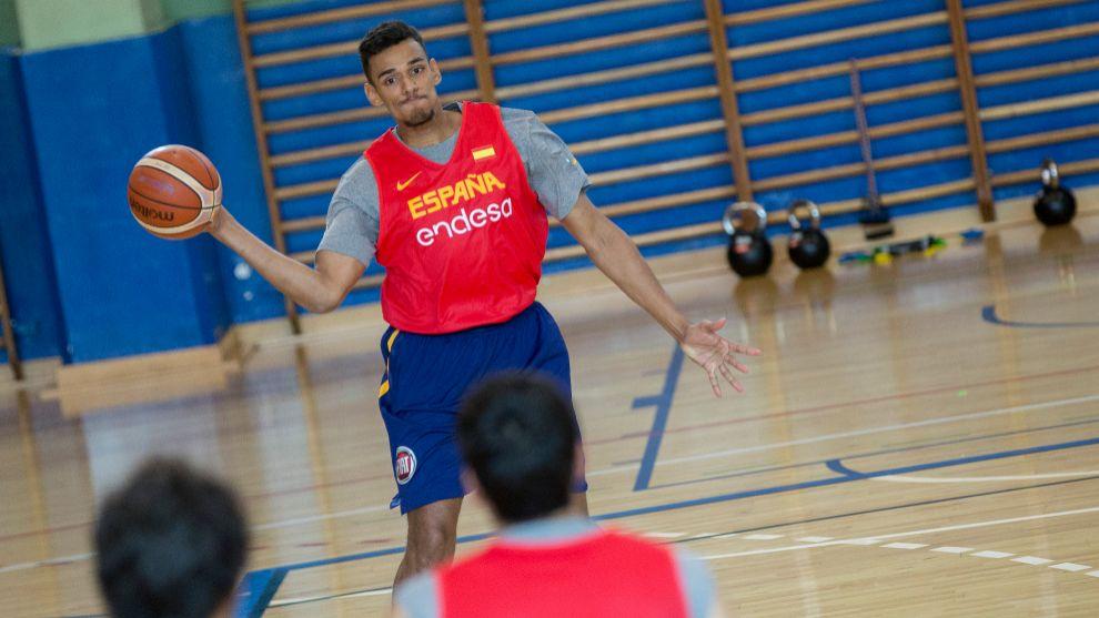 Sebas Sáiz da un pase durante un entrenamiento de la selección.