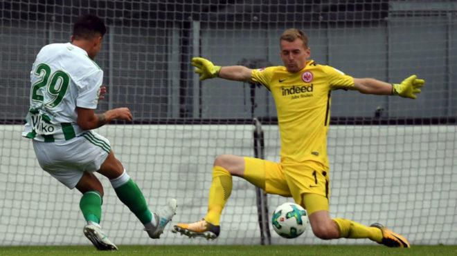 El bético Narváez tiene una ocasión ante el meta rival Hradecky.