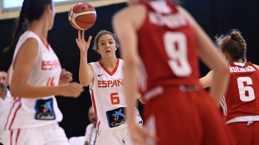 Helena Pueyo da un pase durante el partido ante Polonia.