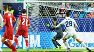 Asensio observa como se cuela en la portería de Sergio Rico su gol de...