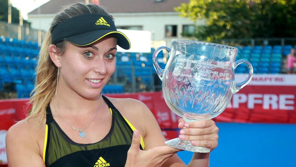 Paula Badosa muestra su trofeo