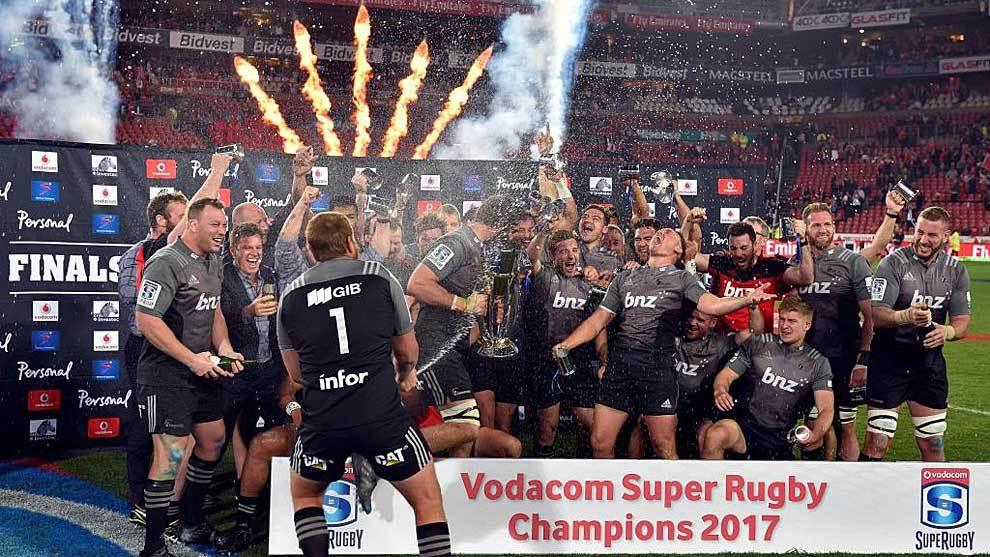 Los jugadores de Canterbury Crusaders celebran el título del Súper...