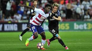 Hongla disputa un balón con Coentrao en el último Granada-Real...