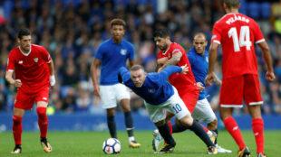 Wayne Rooney y Banega, los '10' de Everton y Sevilla.