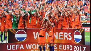 Las holandesas levantan el trofeo de campeonas.