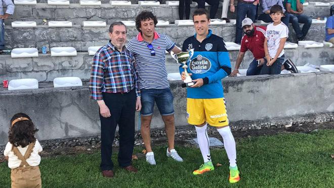 Fernando Seoane recoge la copa de campeón del Trofeo Alfredo Rey.