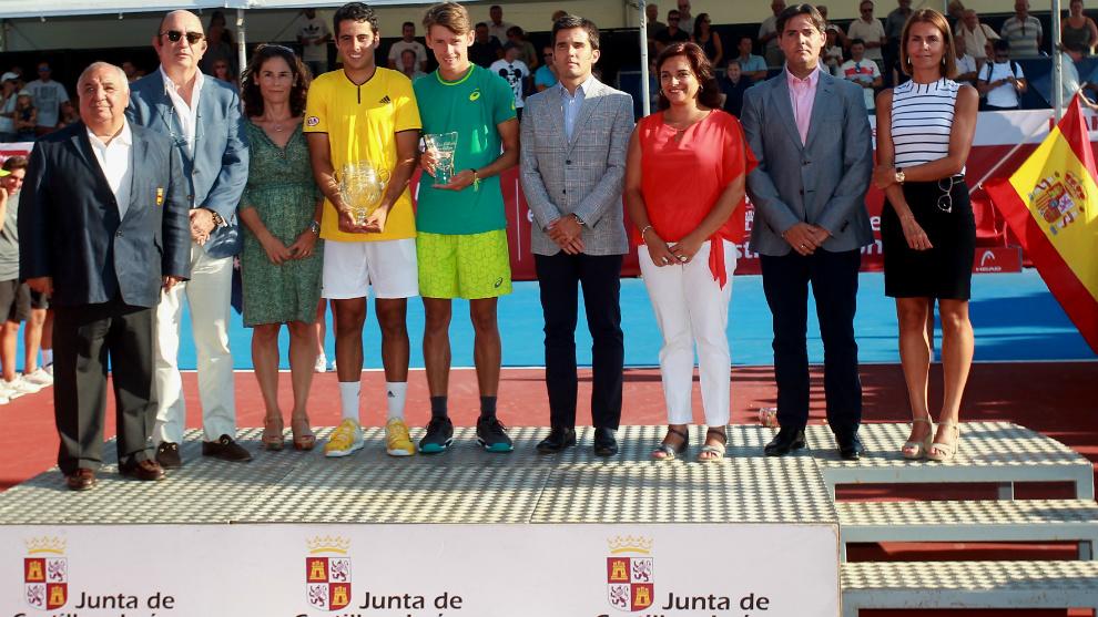 Munar y De Miñaur reciben sus trofeos junto a las autoridades...