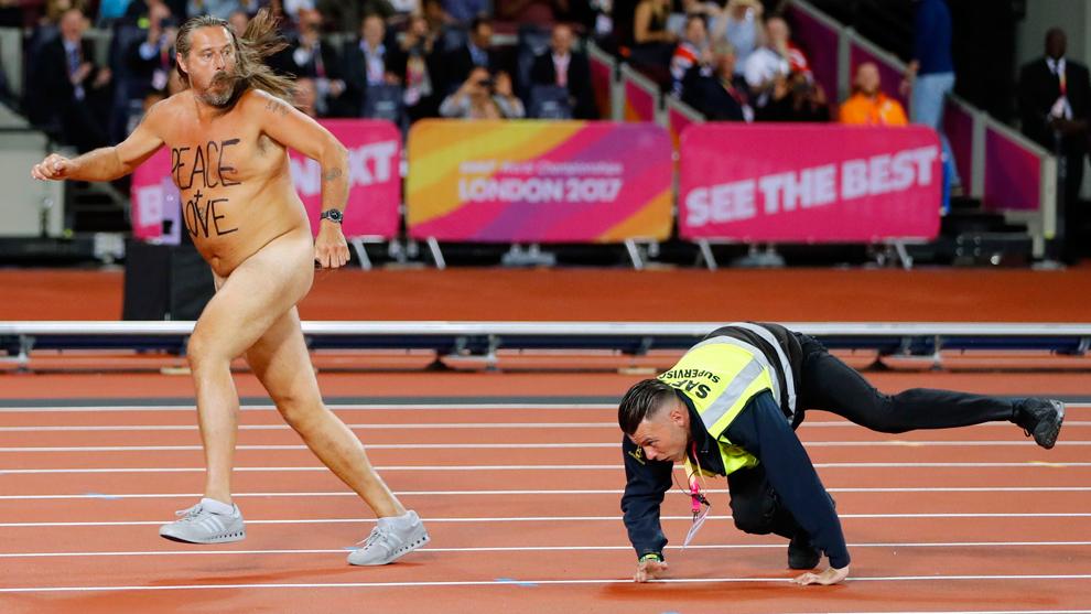 Un escurridizo streaker invadió la pista completamente desnudo...