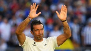 Buffon saludando a las gradas tras un partido con la Juve.