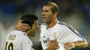Zidane y Figo celebran el gol del galo ante el Oporto en 2003