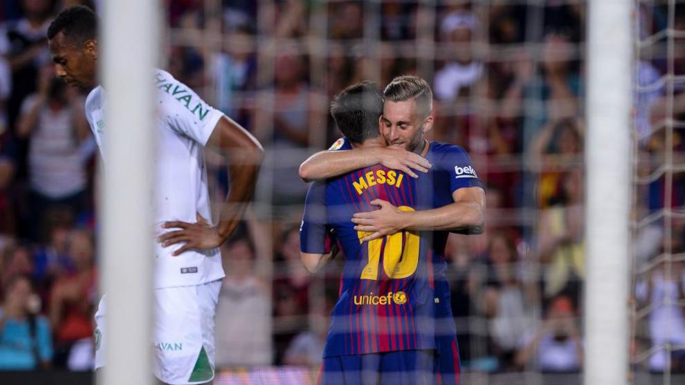 Deulofeu se abraza con Messi en el 3-0.
