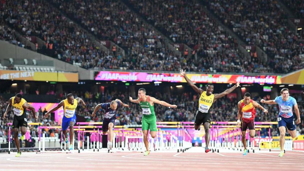 Orlando Ortega, segundo por la derecha, cruza la meta en la final de...