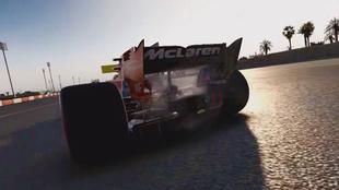 El McLaren-Honda también le falla a Fernando Alonso en el tráiler...