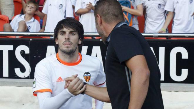 Eugeni saluda a Curro en un partido del Mestalla.