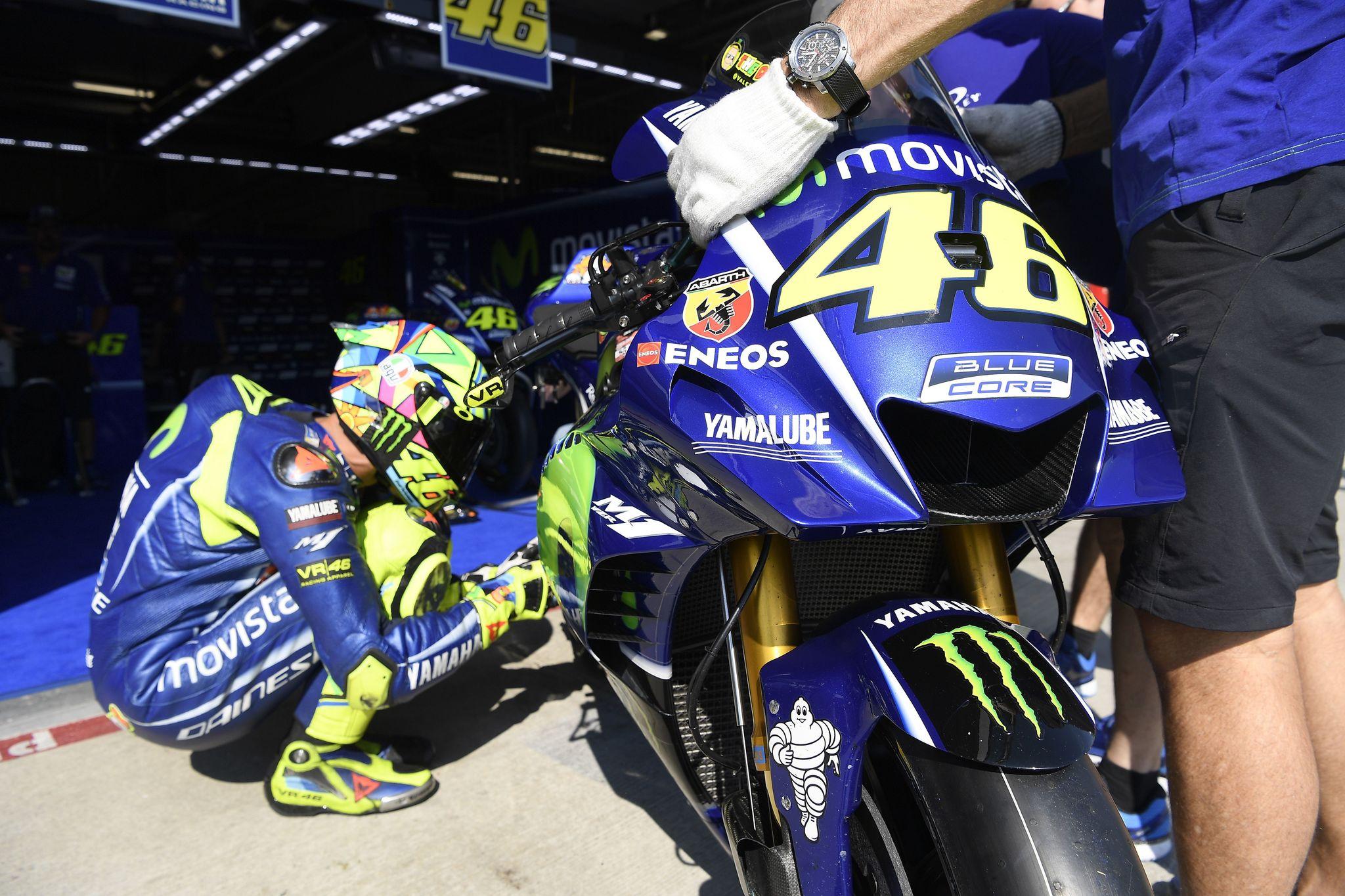 Rossi, junto a su Yamaha