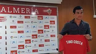 Tino Costa porta su nueva camiseta durante su presentación