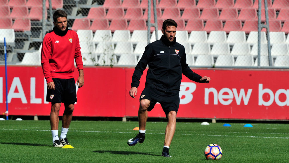 Carriço (de negro) en el entrenamiento del Sevilla