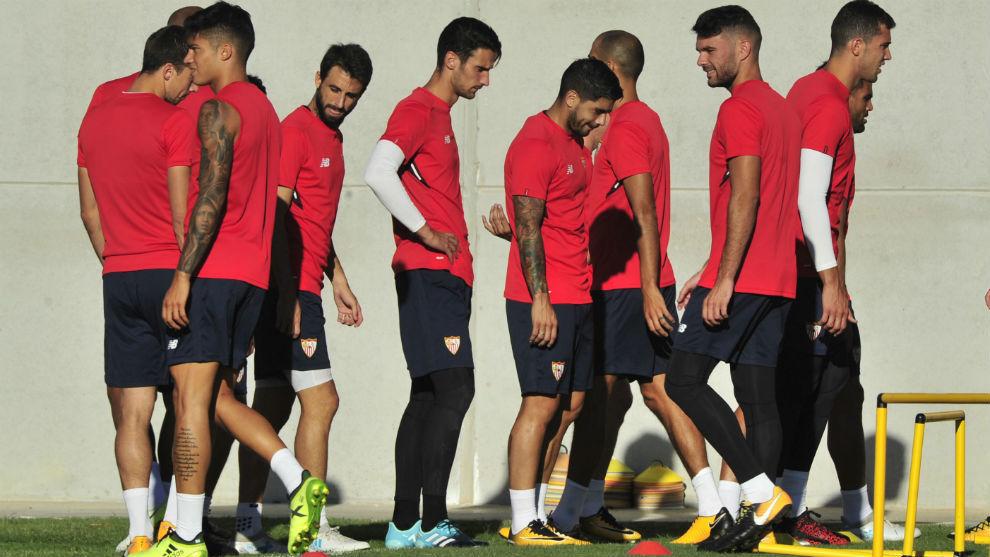 Jugadores del Sevilla en el entrenamiento de esta mañana.