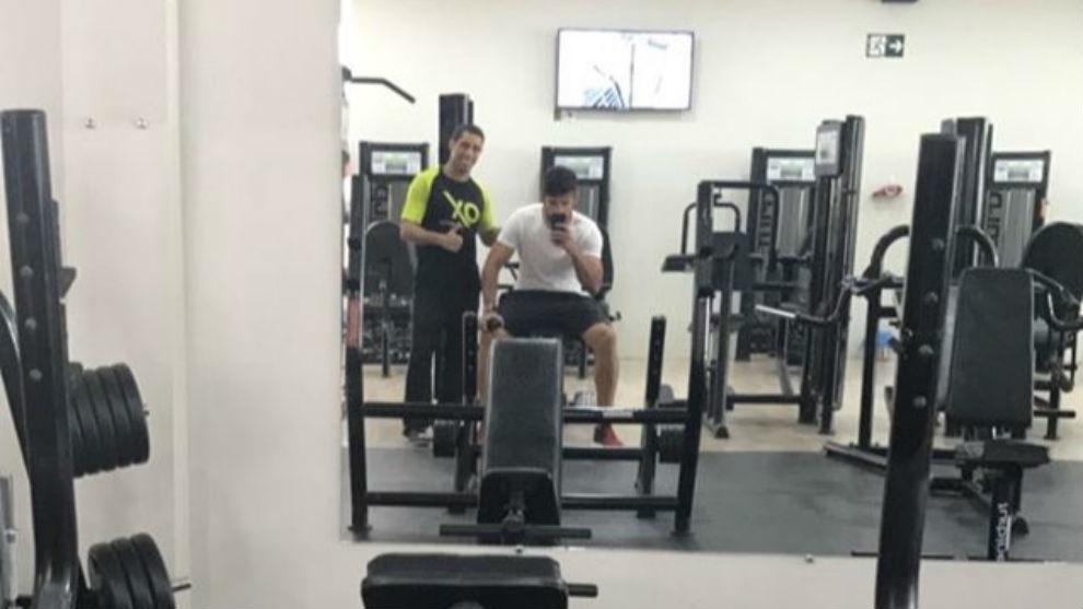 Diego Costa se toma una foto en el gimnasio
