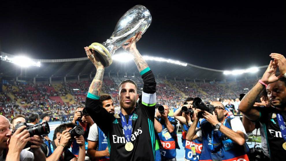Ramos levanta el trofeo