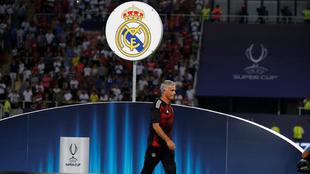 Mourinho pasa frente al escudo del Real Madrid